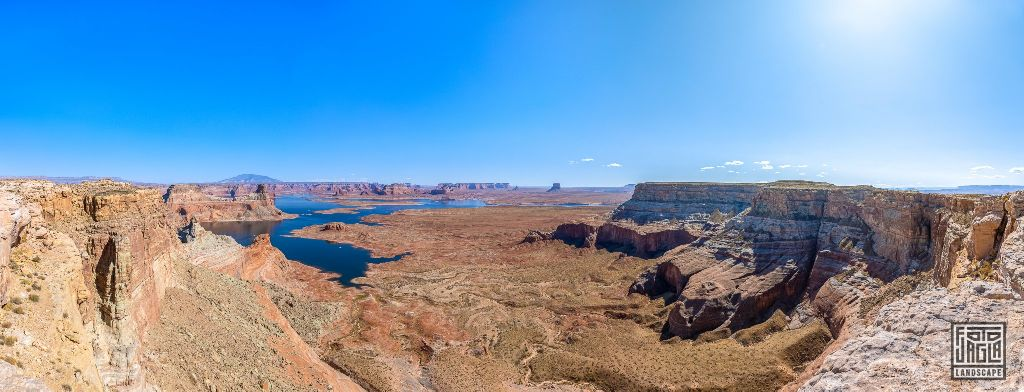 View over Lake Powell at Alstrom Point