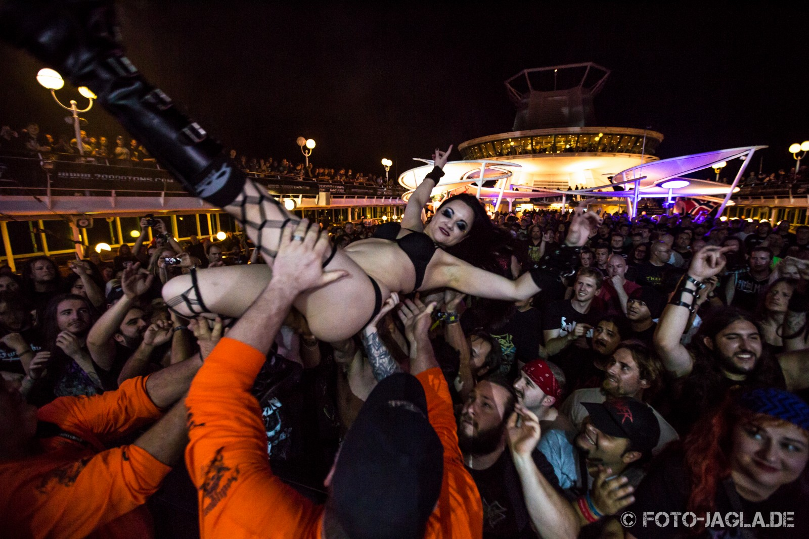 70000 Tons of Metal 2014 ::. Girls just wanna have fun - Crowd @ Carcass