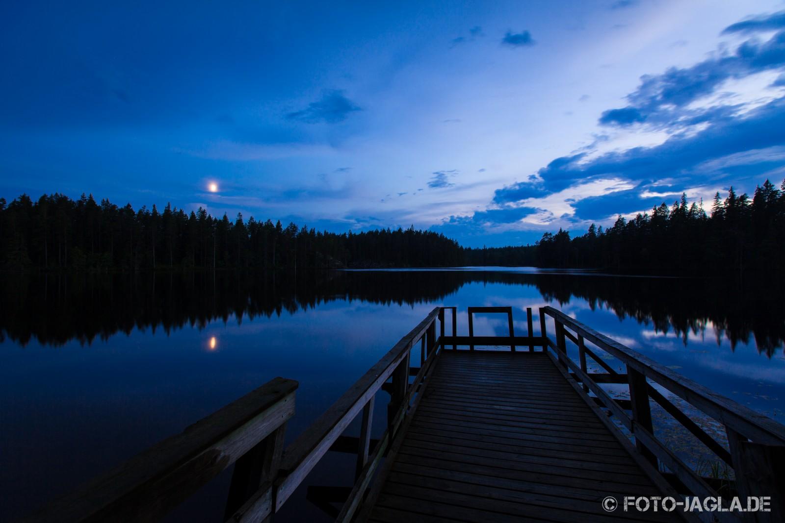 An einem Seeufer-Steg in Schweden 2014, Langzeitbelichtung bei Nacht
