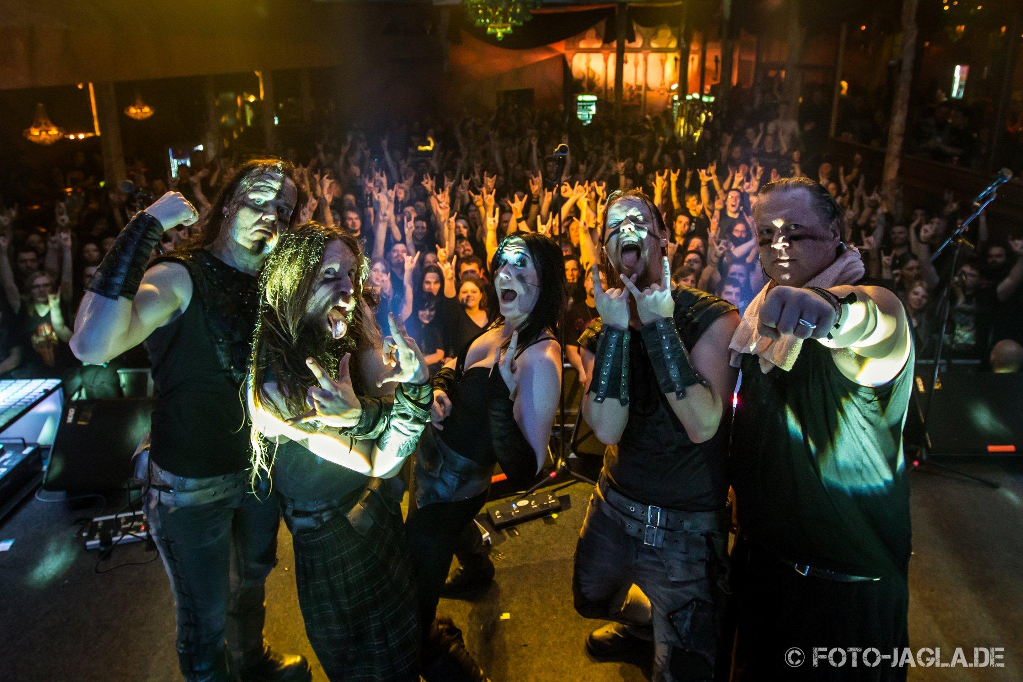 Abschlussfoto von Ensiferum auf ihrer