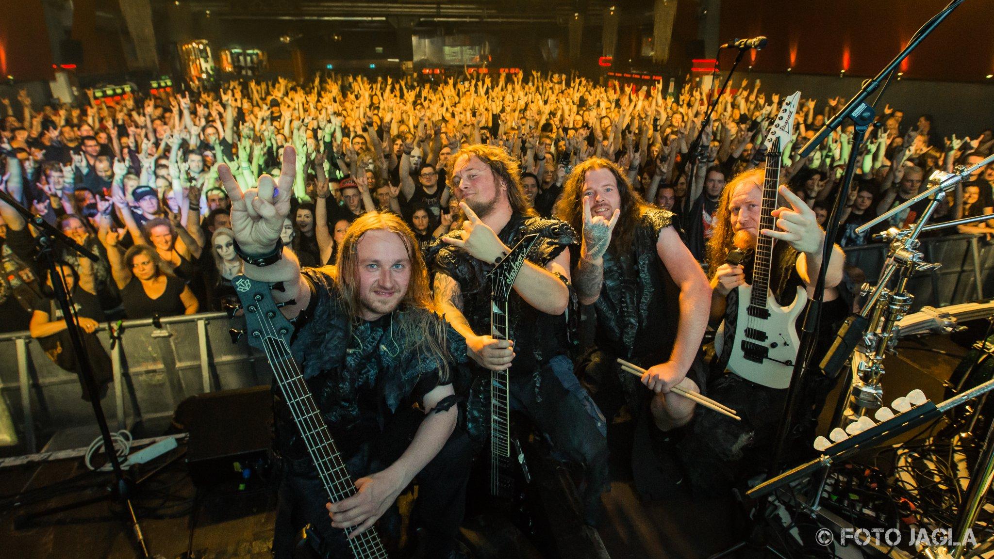 Abschlussfoto von Orden Ogan auf der Powerwolf Wolfsnächte Tour am 05.09.2015 in der Live Music Hall in Köln