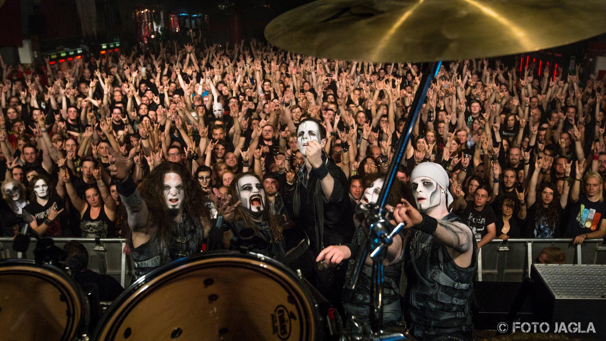 Abschlussfoto von Powerwolf auf ihrer Wolfsnächte Tour am 05.09.2015 in der Live Music Hall in Köln