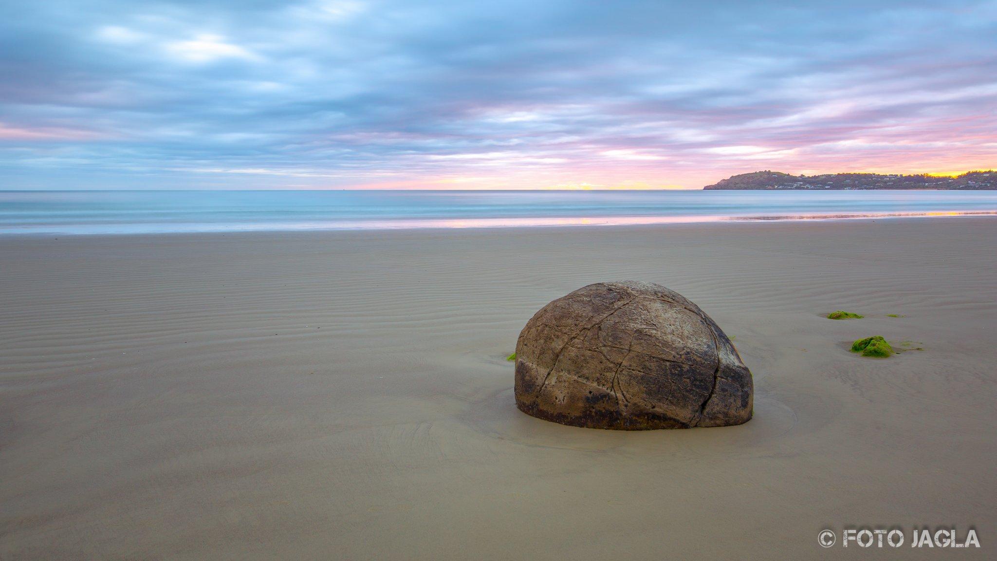 Moeraki Boulders bei Sonnenaufgang am Koekohe Beach an der Küste von Otago Neuseeland (Südinsel)