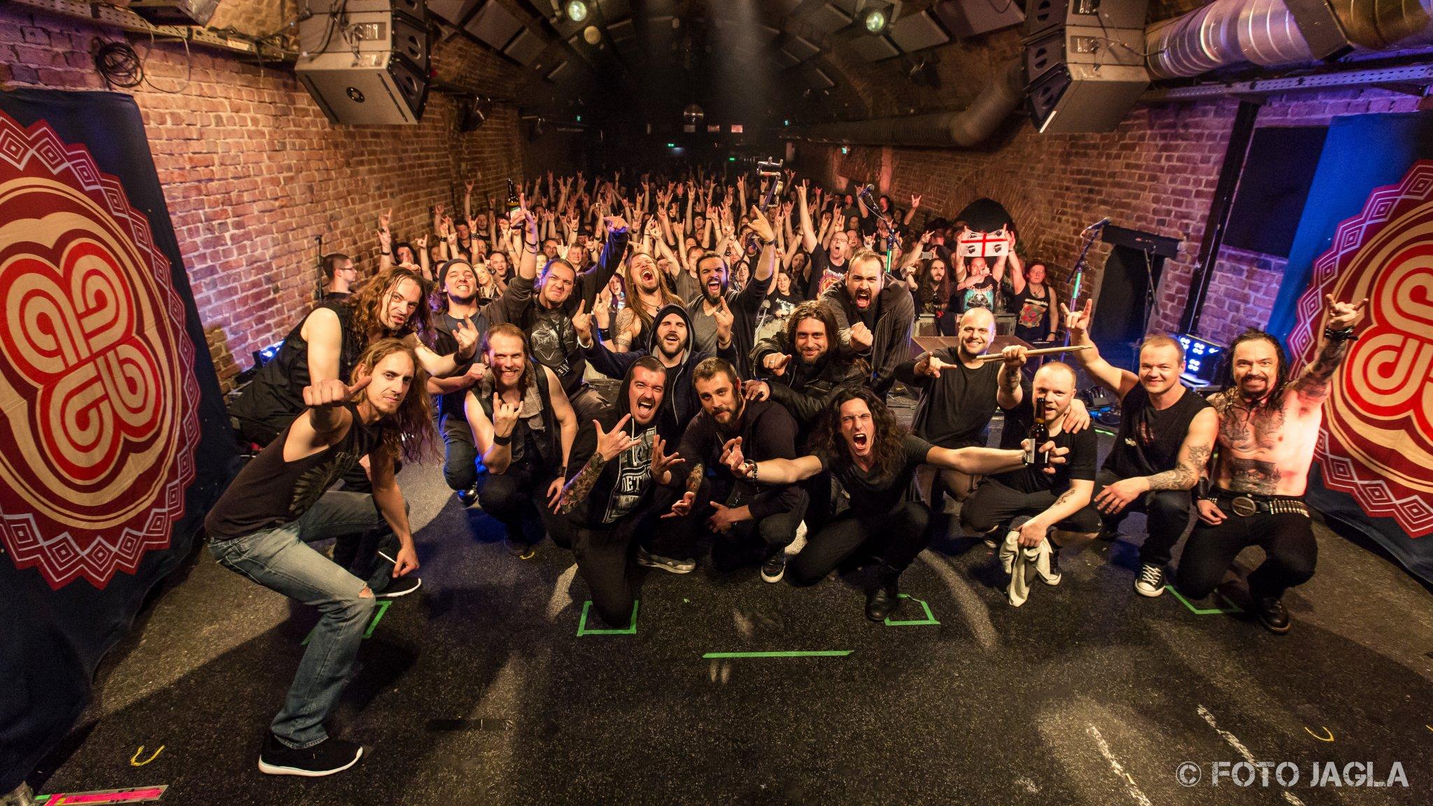 Abschlussfoto von Amorphis (Textures & Co) auf der »Under The Red Cloud« Tour am 17.04.2016 in der Matrix in Bochum