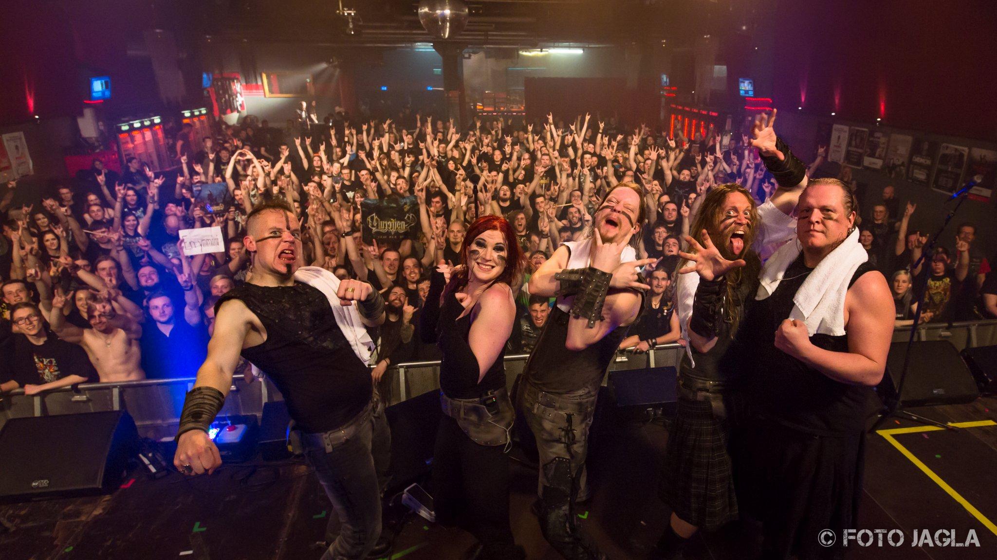 Abschlussfoto von Ensiferum auf der »The Return Of The One Man Army« Tour am 20.04.2016 in der Live Music Hall in Köln