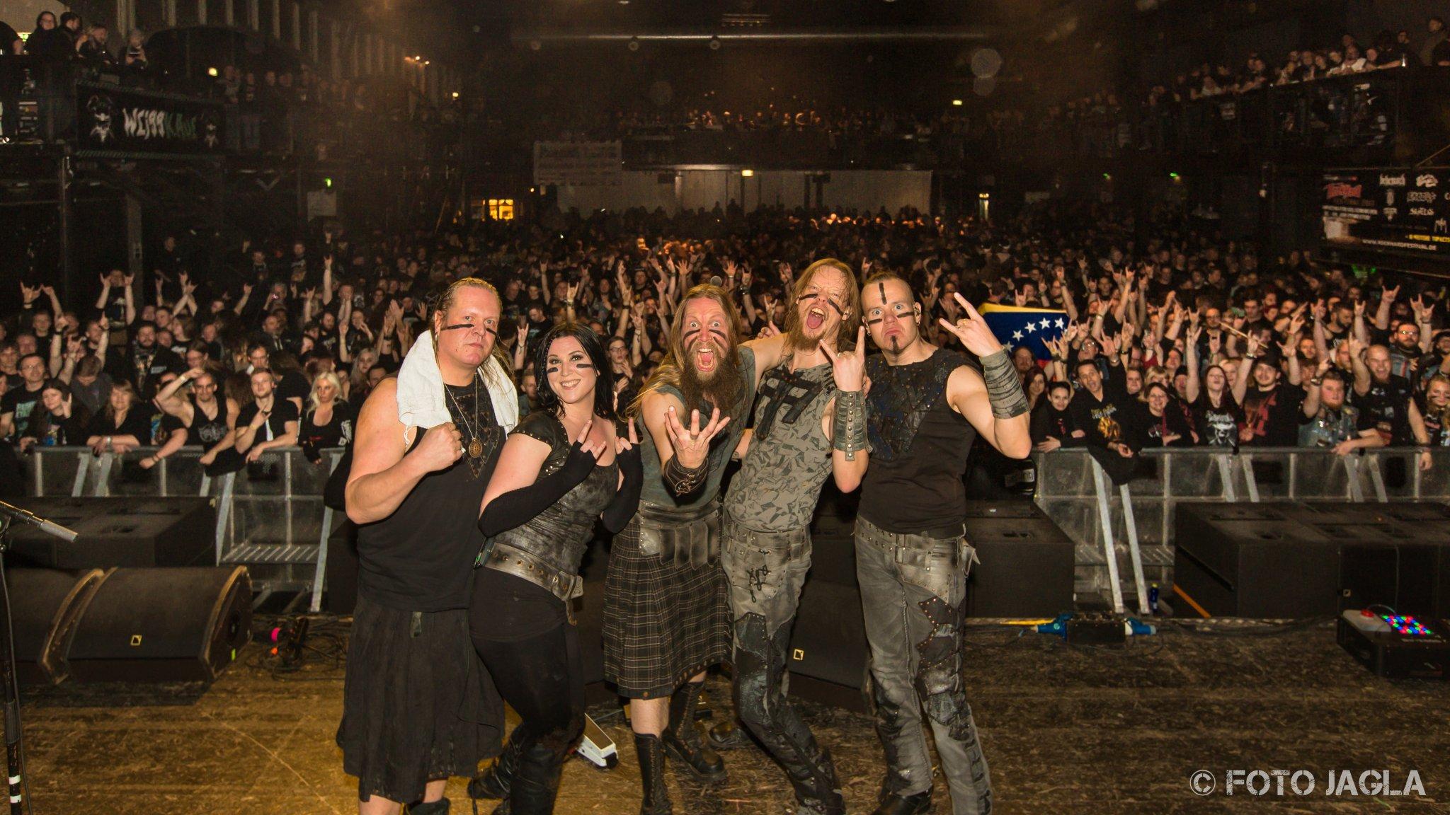 Abschlussfoto von ENSIFERUM auf dem Ruhrpott Metal Meeting 2016 in Oberhausen (Turbinenhalle)
