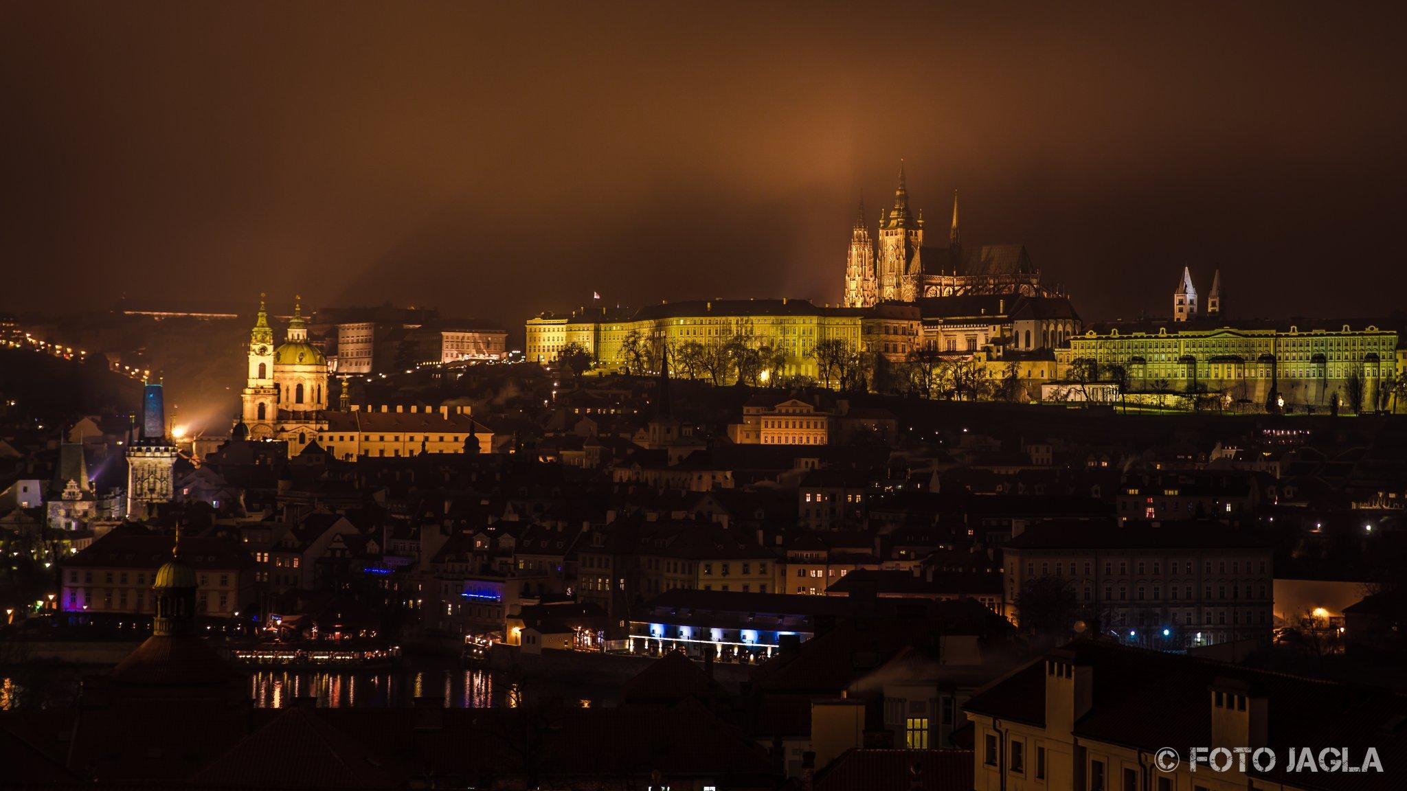 Die Prager Burg über der Moldau bei Nacht, aufgenommen vom Dach des Klementinum Praha
