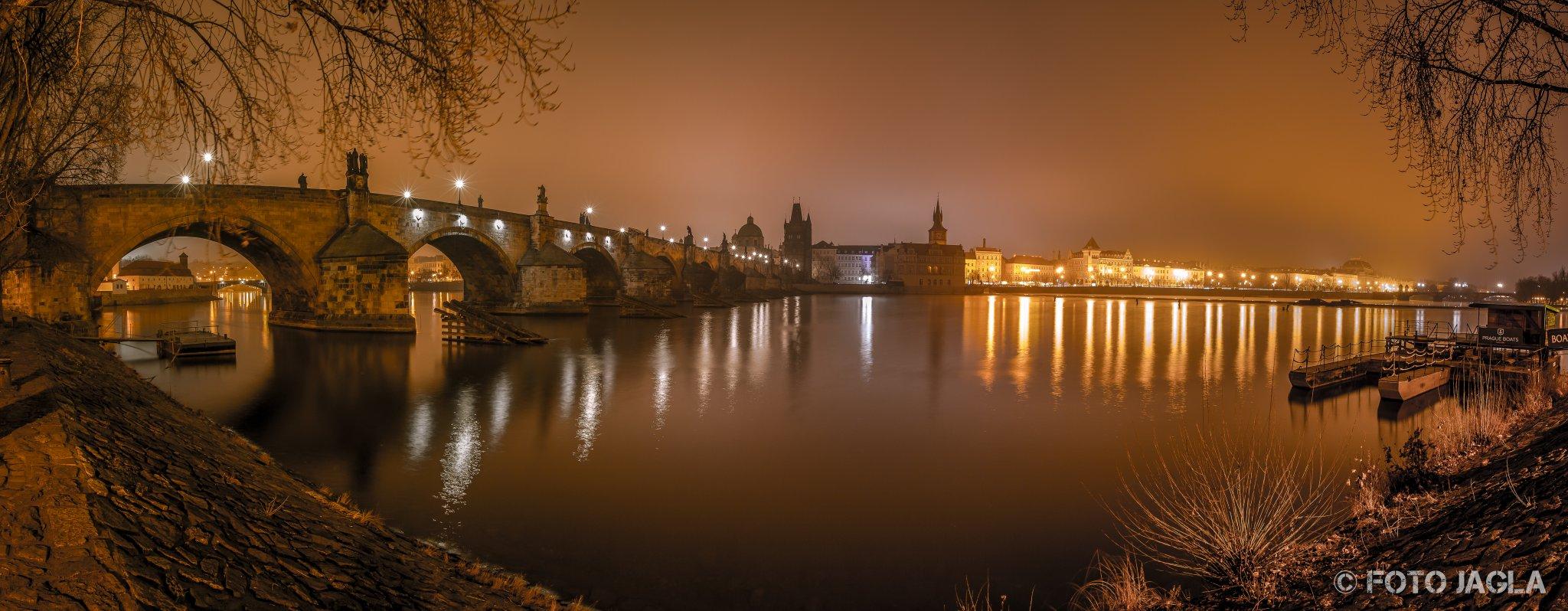 Prag, Karlsbrücke (Charles Bridge) bei Nacht Richtung Altstädter Seite
