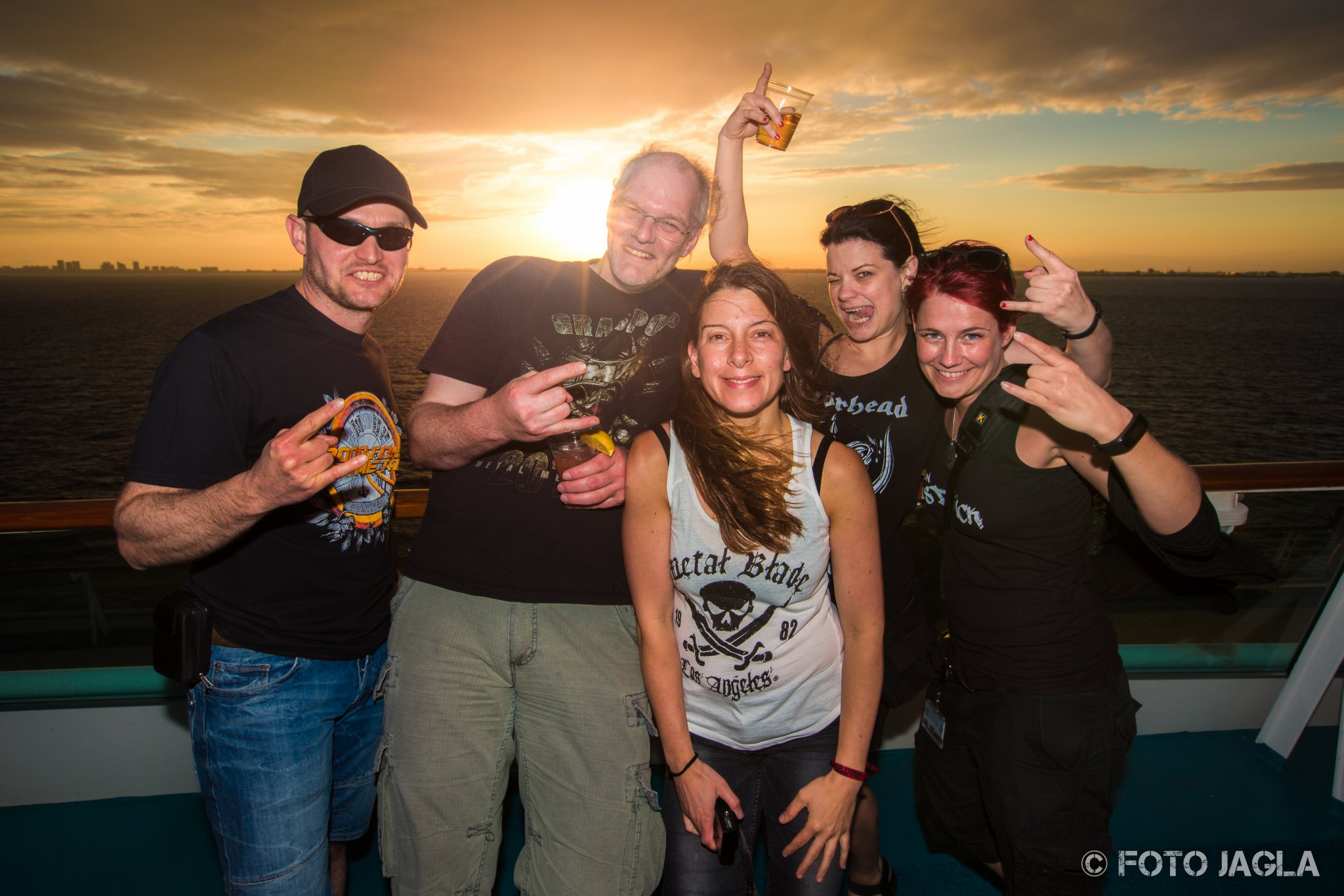 70000 Tons Of Metal 2017 Pooldeck-Impression bei Sonnenuntergang