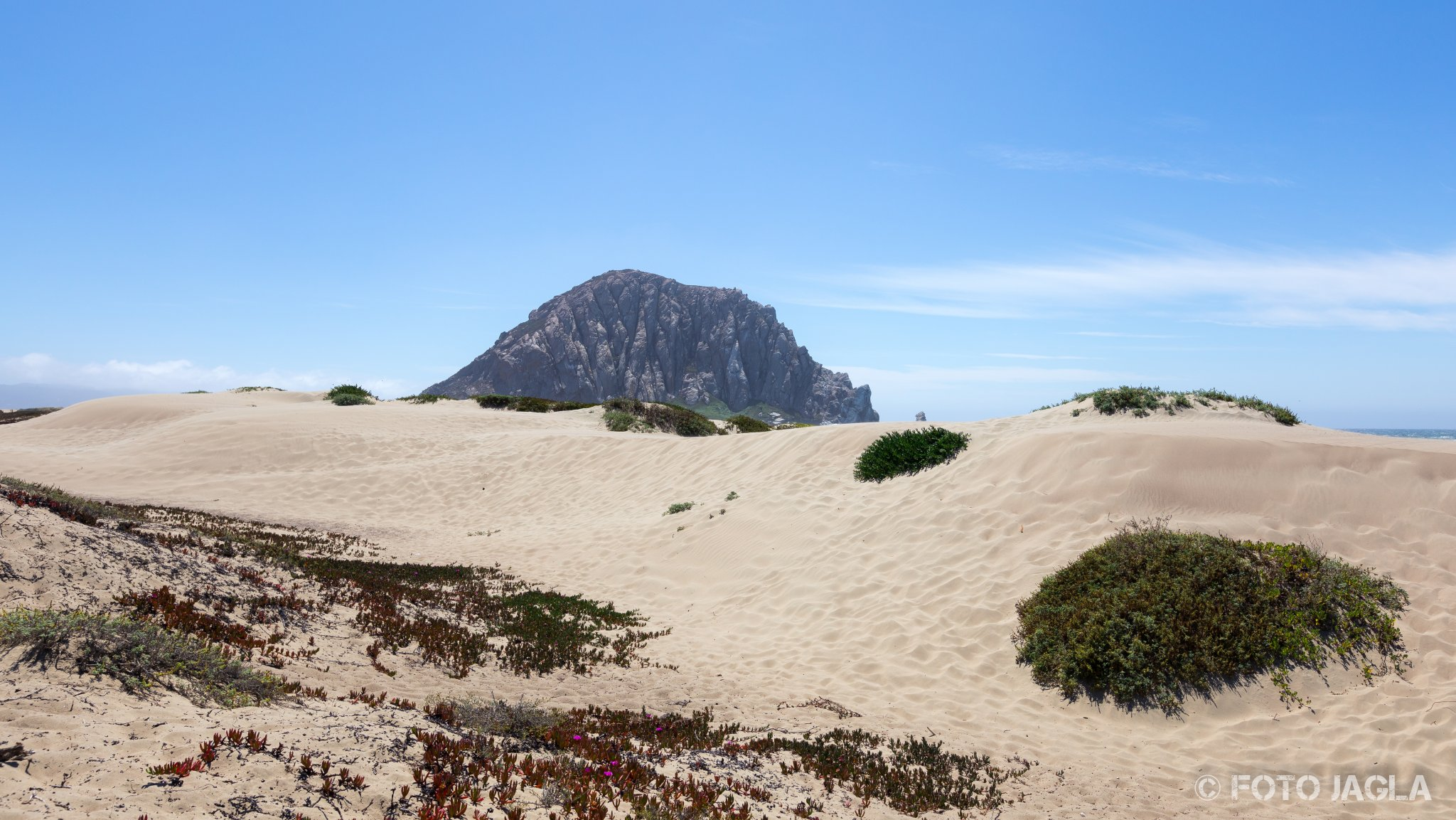 Kalifornien - September 2018 Der Morro Rock hinter den Dünen Highway 1 - Morro Bay