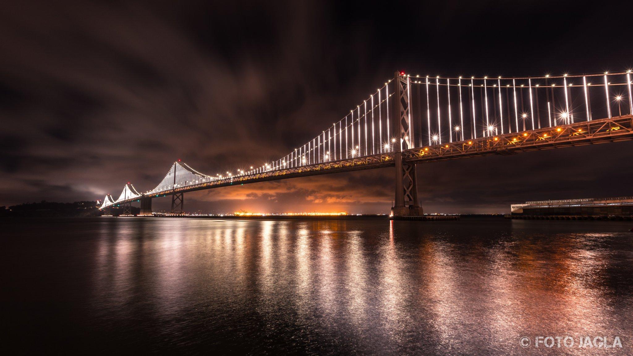 Kalifornien - September 2018 Oakland Bay Bridge bei Nacht San Francisco - Rincon Park
