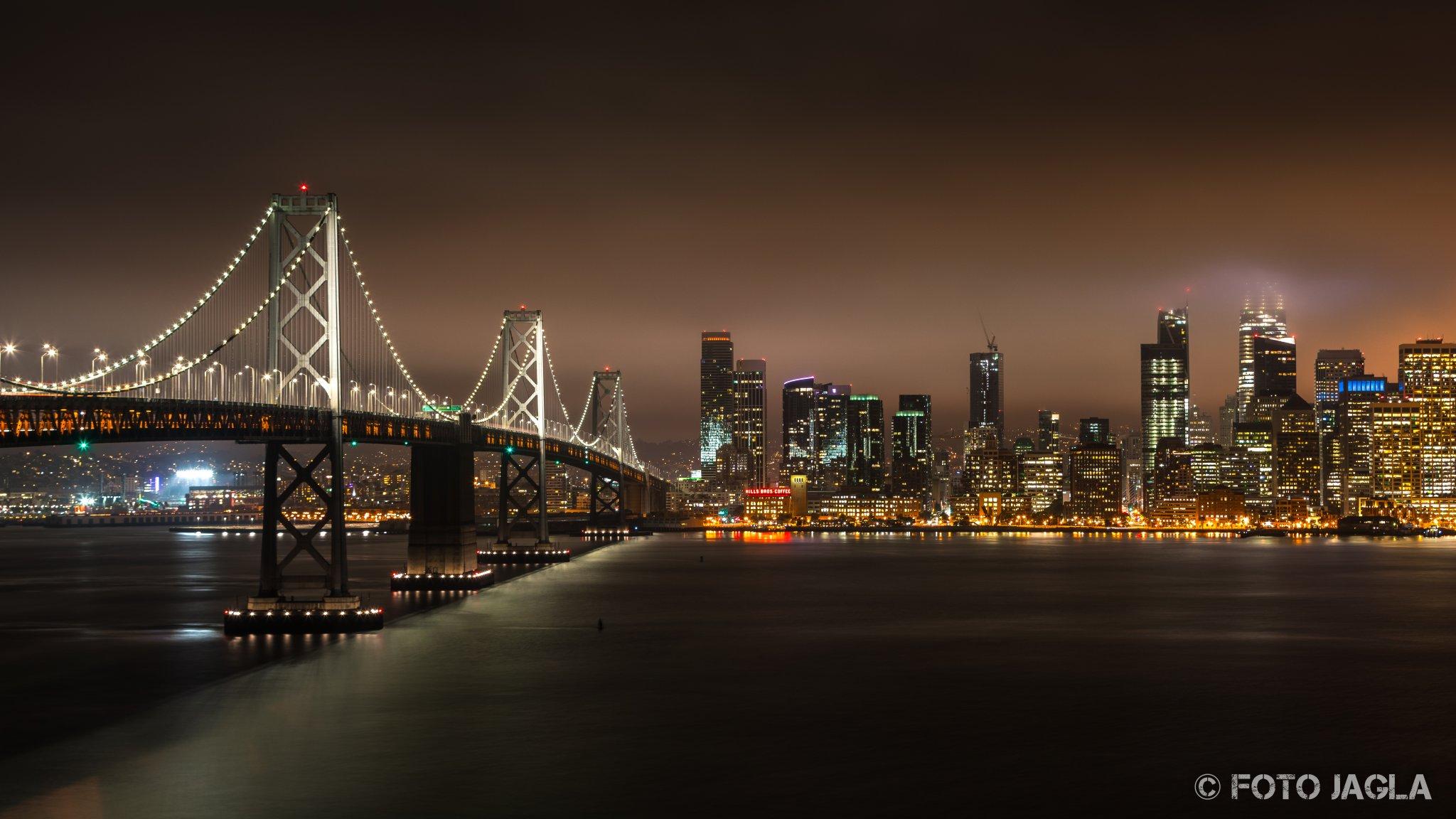 Kalifornien - September 2018 Oakland Bay Bridge bei Nacht mit Blick auf die Piers San Francisco - Treasure Island
