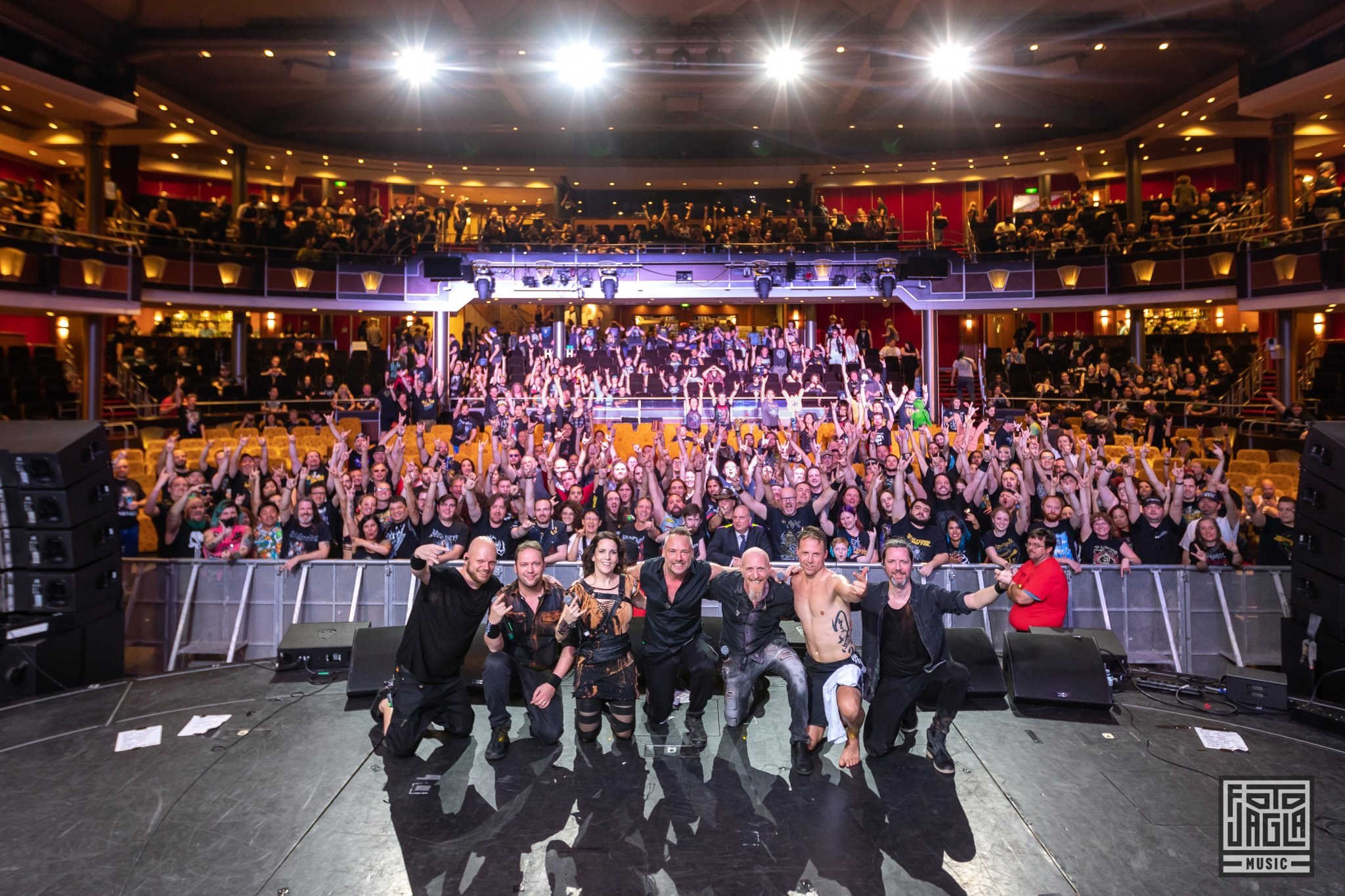 Abschlussfoto von VAN CANTO im Royal Theater beim 70000 Tons of Metal 2019