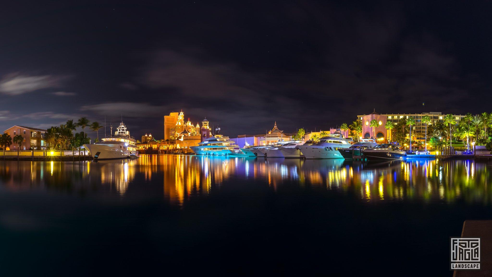 Hafen vom Atlantis Paradise Island Resort Bahamas, Paradise Island Nachtaufnahme mit Langzeitbelichtung