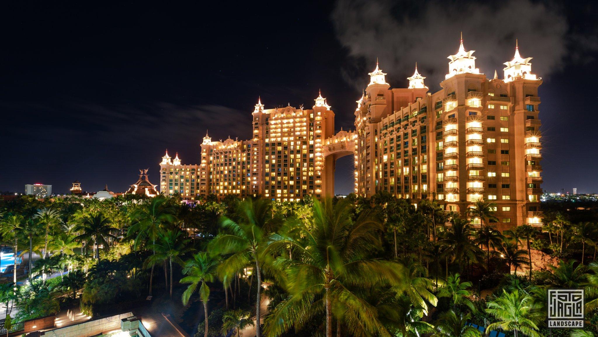 Atlantis Paradise Island Resort Bahamas, Paradise Island Nachtaufnahme der Royal Towers mit Langzeitbelichtung