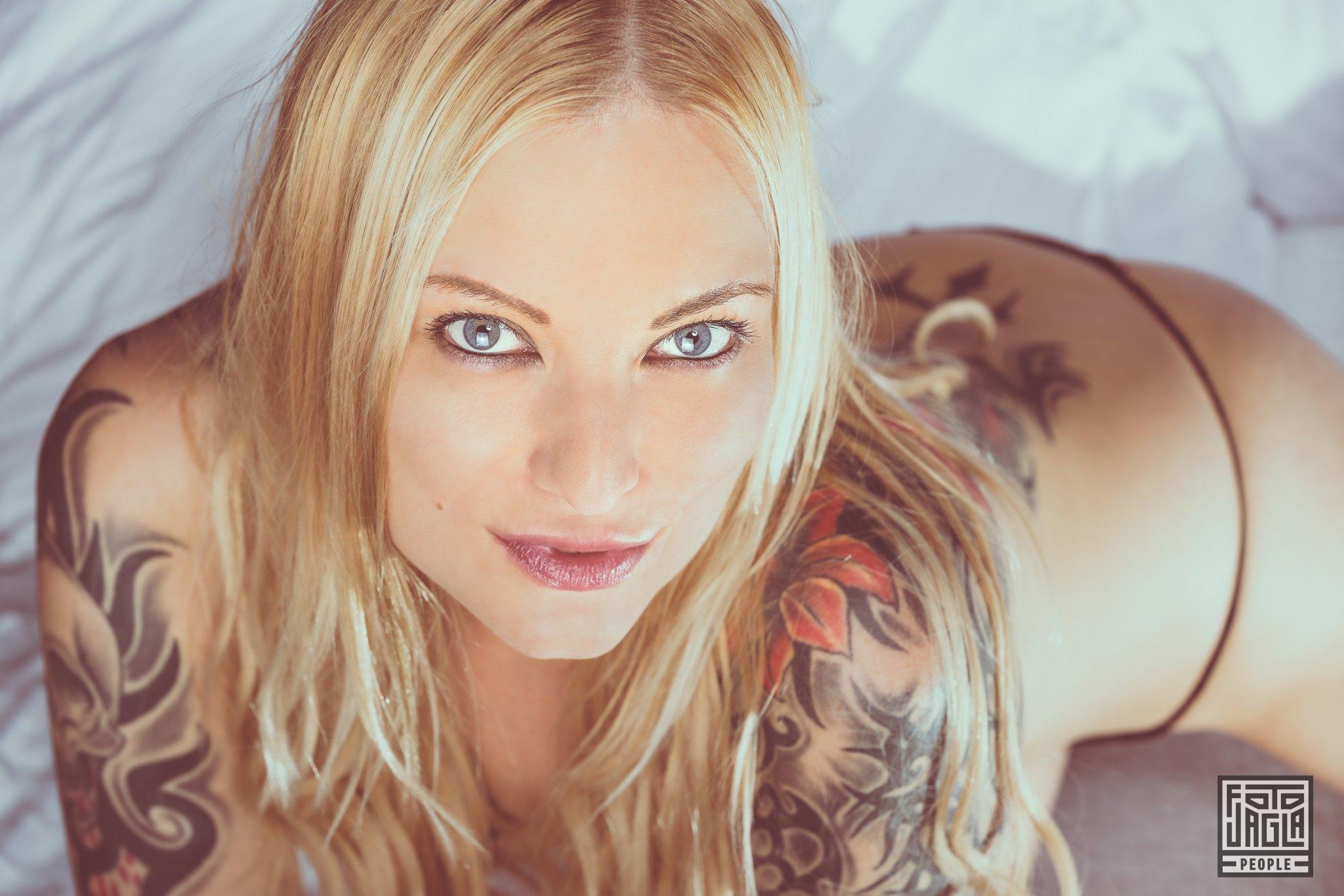 Kitty Blair Sexy Bett-Shooting mit dem Erotikmodel