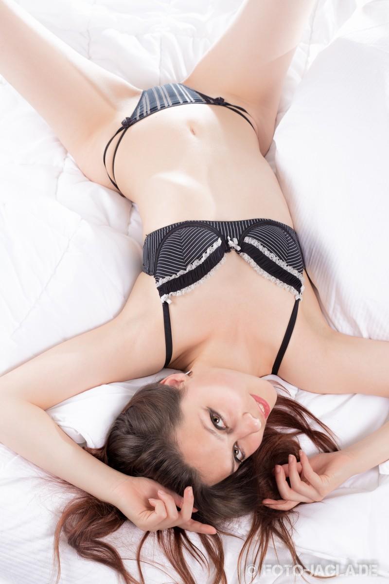 Erotische Studioaufnahme mit Dessous im Bett