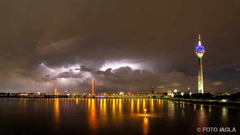 W�rmegewitter - Wetterleuchten �ber D�sseldorf (Rheinkniebr�cke)