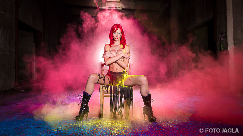 Holi Pulver Shooting im Lost Place mit Model BambiRay