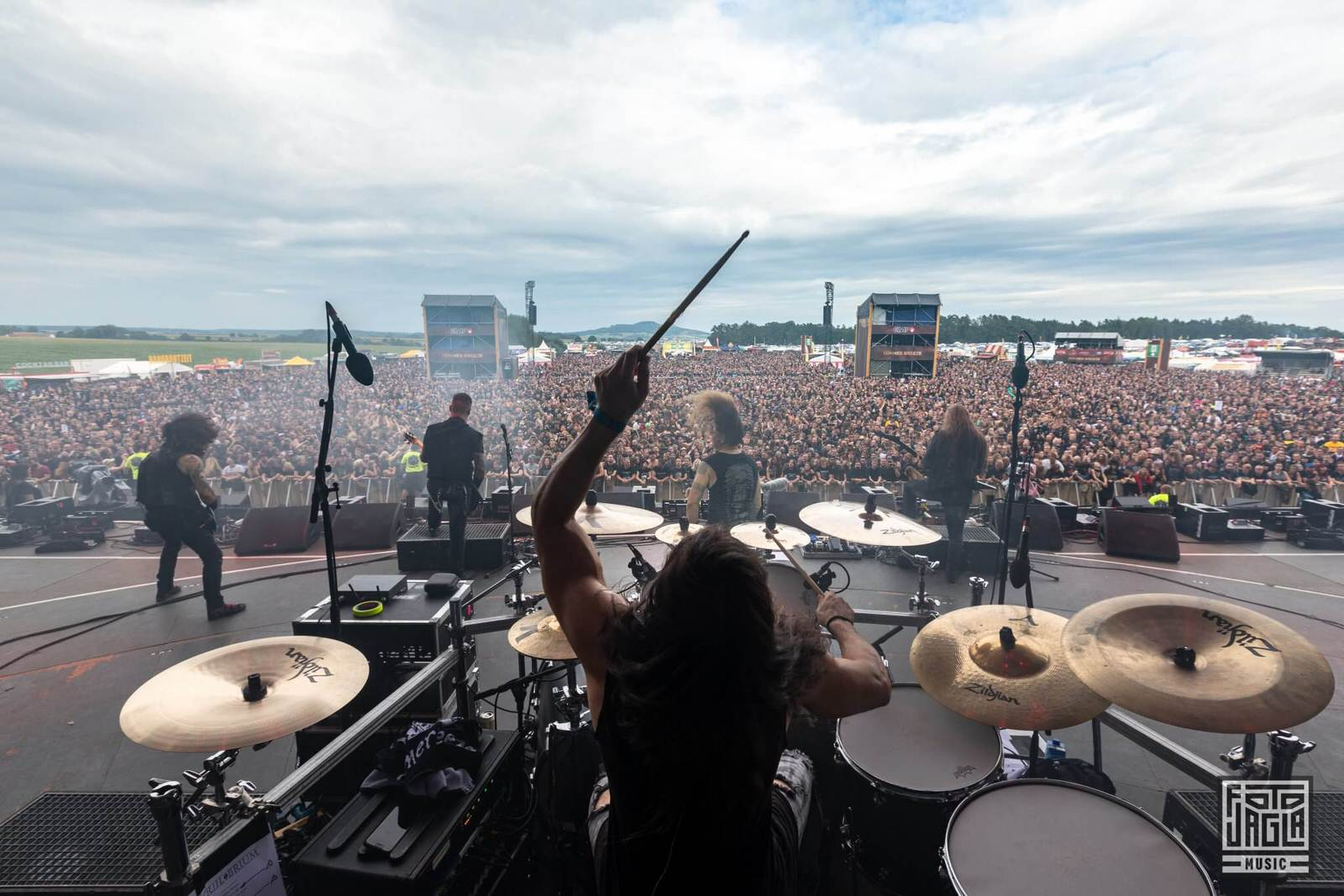 Konzertfotografie von der Bühne aus - Hinter dem Schlagzeuger