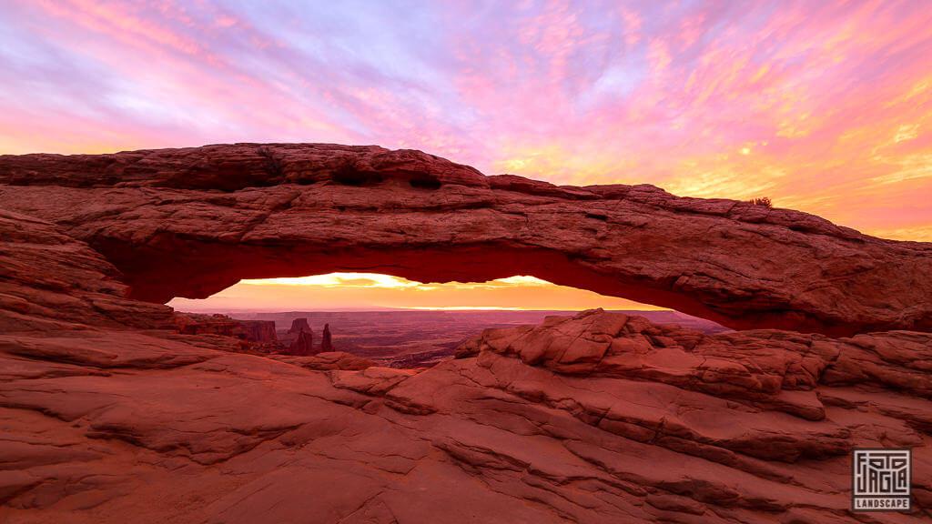 Mesa Arch Steinbogen zum Sonnenaufgang im Canyonlands National Park in Utah