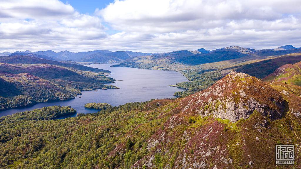 Drohnenaufnahme vom Ben A'an Berg im Loch Lomond und Trossachs Nationalpark mit Blick auf Loch Katrine in Schottland