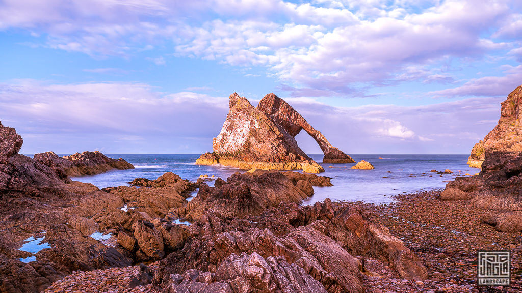 Bow Fiddle Rock - Felsbogen in Portknockie in Schottland