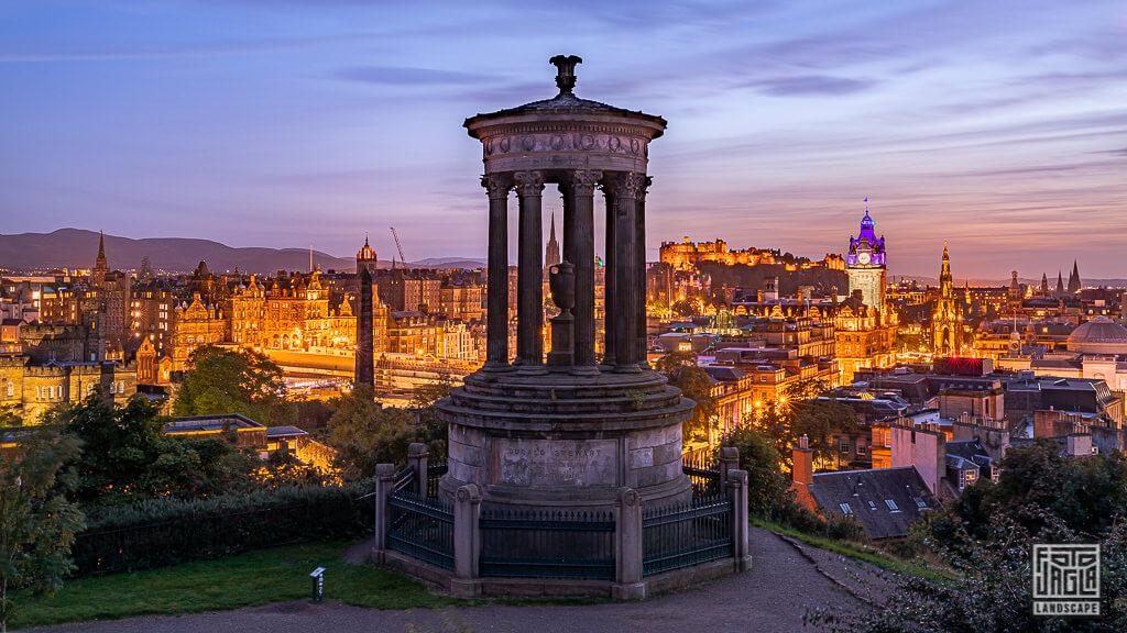 Calton Hill mit Blick auf Edinburgh bei Nacht in Schottland
