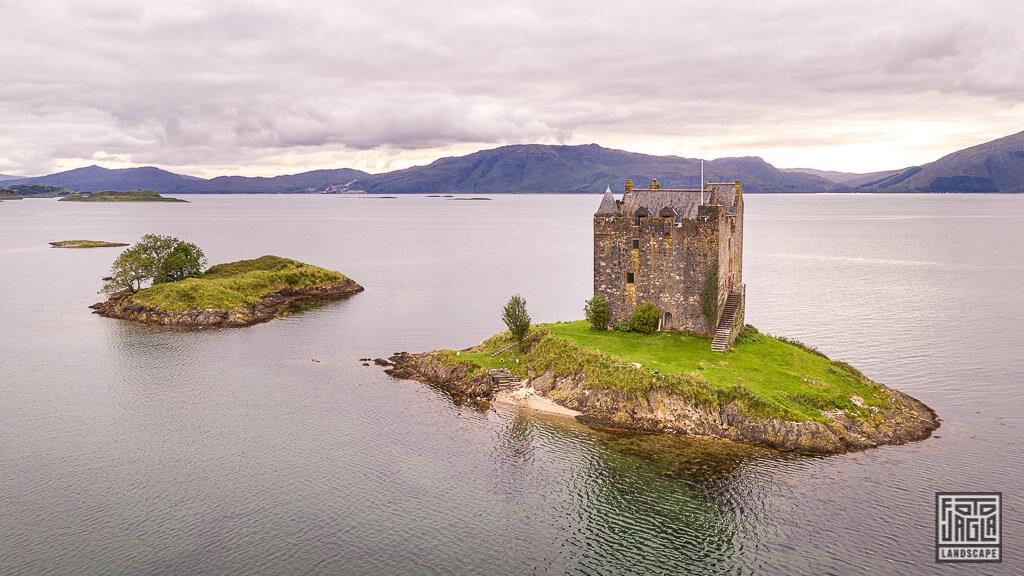 Drohnenaufnahme vom Castle Stalker Turmhaus bei Port Appin in Schottland