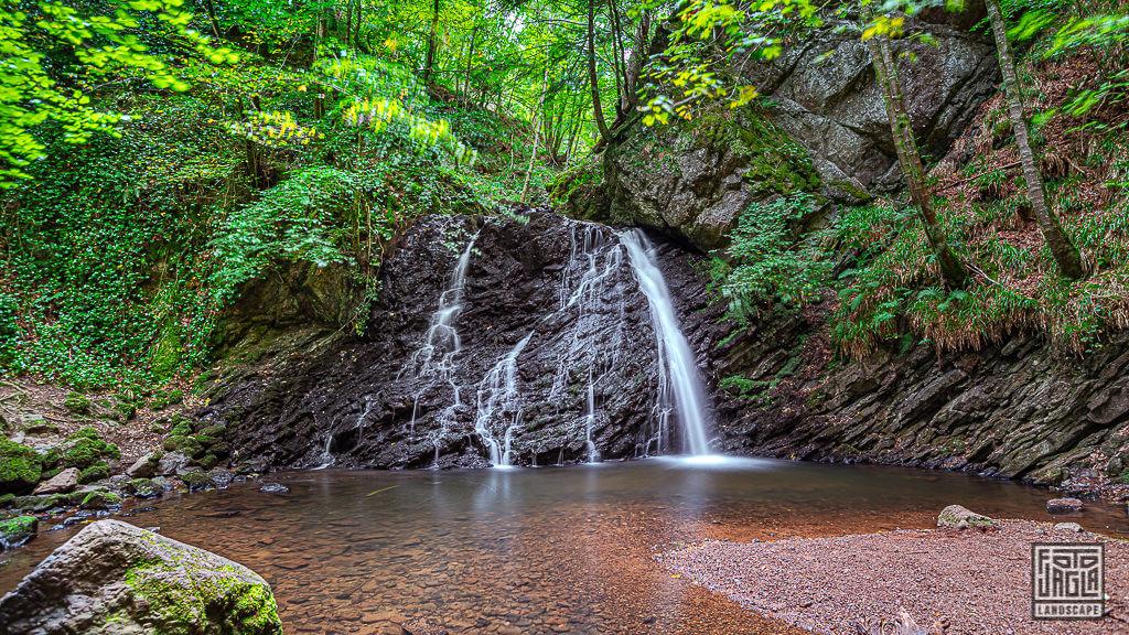 Die Fairy Glen Falls - Wanderweg und Wasserfall in Rosemarkie in Schottland