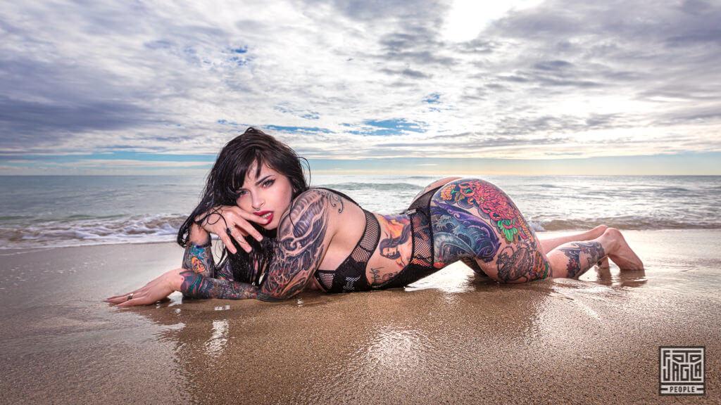 Pandora LeTrain am Strand von Miami - Sexy Beachshooting mit dem Tattoomodel
