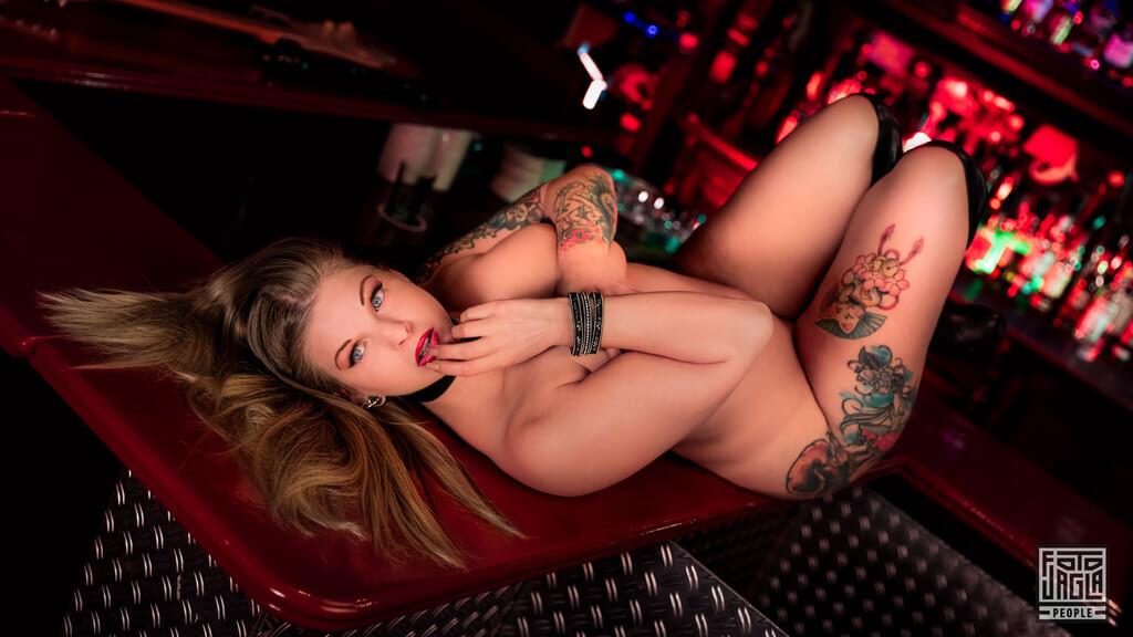 Erotisches Shooting mit Jenny Lovecat in der Metal-Kneipe Papidoux in der Düsseldorfer Altstadt
